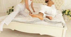 Para cieków bieg skok na łóżkowej mieszanki rasy mężczyzna kobiety uścisku sypialni zbiory wideo