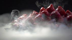 Para ciekły azot odkrywa wierzchołek ostrosłup jagody zdjęcie wideo