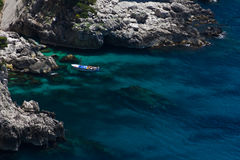 Para cieszy się łódkowatą wycieczkę w Capri zdjęcie stock