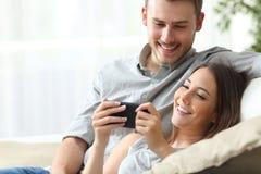 Para cieszy się środek zawartość w mądrze telefonie obrazy royalty free