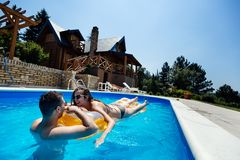 Para cieszy się lato w basenie obrazy stock