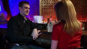 Para Cieszy się napój W barze zbiory
