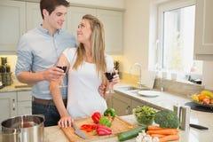 Para cieszy się pijący wino i kucharstwo obraz stock