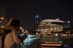 Para Cieszy się noc widok Marina zatoka Zdjęcie Stock
