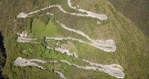 Para cima e para baixo a opinião aérea do zangão da estrada da montanha em Itália da vila de Nembro a Selvino video estoque