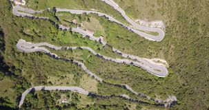 Para cima e para baixo a opinião aérea do zangão da estrada da montanha em Itália da vila de Nembro a Selvino vídeos de arquivo