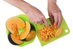Para cocinar una calabaza sabrosa de la sopa de verduras debe ser i cortado en trozos pequeños Fotografía de archivo libre de regalías