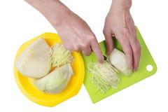 Para cocinar una col sabrosa de la sopa de verduras debe ser cortado en trozos pequeños adentro Fotografía de archivo libre de regalías