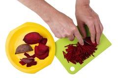 Para cocinar una remolacha sabrosa de la sopa de verduras debe ser cortado en trozos pequeños en Foto de archivo