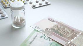 Para contar el dinero Paga para las drogas del medicamento Drogas de la compra de la gente Píldoras o cápsulas de la medicina con almacen de video