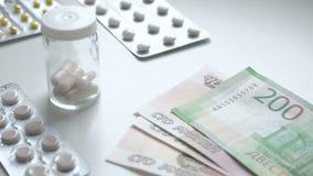 Para contar el dinero Paga para las drogas del medicamento Drogas de la compra de la gente Píldoras o cápsulas de la medicina con almacen de metraje de vídeo