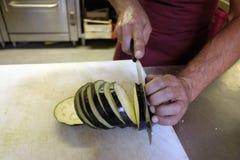 Para cortar a beringela Fotografia de Stock