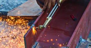 Para corte de metales con el gas del acetileno El trabajador está trabajando por el torc del uso Foto de archivo