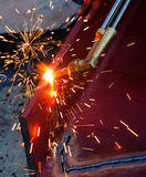 Para corte de metales con el gas del acetileno El trabajador está trabajando por la antorcha del uso Foto de archivo libre de regalías