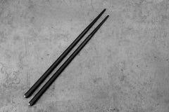Para czarni chopsticks na betonie Fotografia Royalty Free