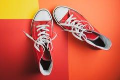 Para czerwie? u?ywa? sneakers na kolorowym tle, widok od wierzcho?ka zdjęcie royalty free