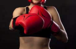 Para czerwone bokserskie rękawiczki, uderza pięścią Obrazy Royalty Free
