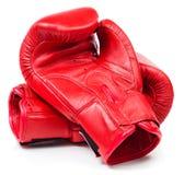 Para czerwone rzemienne bokserskie rękawiczki odizolowywać na bielu fotografia stock