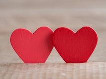 Para czerwoni serca na drewnianej podłoga Miłości i valentine pojęcie Szczęśliwy Valentine& x27; s dzień Zdjęcie Stock