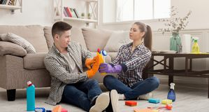 Para czyści w domu wpólnie zdjęcie stock