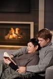 Para czyta w domu zdjęcia royalty free