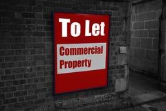 Para dejar con la propiedad comercial escrita en una muestra atada a una pared de ladrillo Imagen de archivo libre de regalías