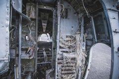 Para dentro da destruição do avião Em Islândia no verão foto de stock