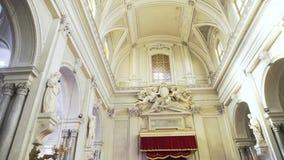 Para dentro de uma grande, igreja bonita com arcos e de est?tuas perto das paredes leves, conceito da religi?o estoque Interior d filme