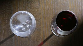 Para derramar dois vidros do vinho tinto Vista superior Mãos masculinas e fêmeas video estoque