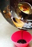 Para derreter o açúcar em uma bandeja Interfira com a colher de açúcar derretida imagens de stock royalty free