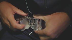 Para desatar o cinto de segurança, close-up HD, 1920x1080 Movimento lento filme