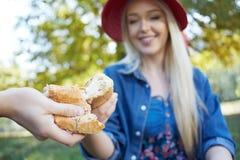Para drzeje chleb na pinkinie Zdjęcie Stock