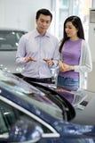 Para dyskutuje samochód zdjęcie stock