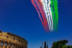 Para el banquete de la rep?blica, de las flechas tricoloras representando la mosca italiana de la bandera sobre el Colosseum y lo foto de archivo