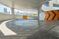 Para el coche arriba y abajo del aparcamiento público Hay amarillo Imagen de archivo libre de regalías