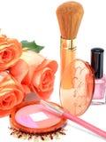 Para el colorete cosmético de la brocha de los artículos del maquillaje, lápiz, esmalte de uñas en un fondo blanco Imagen de archivo