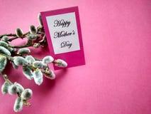 Para el día de fiesta del día de madre la inscripción en ramas del papel y del sauce fotos de archivo libres de regalías