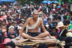 Para el desfile la tradición es naga cruel de la ceremonia de la ordenación Fotos de archivo
