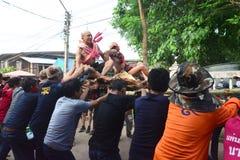 Para el desfile la tradición es naga cruel de la ceremonia de la ordenación Imagen de archivo
