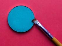 Para el maquillaje Sombra brillante con el cepillo en un fondo rosado fotografía de archivo libre de regalías