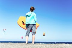 Para entrenamiento que practica surf que espera Adolescente joven que se coloca con s Foto de archivo libre de regalías