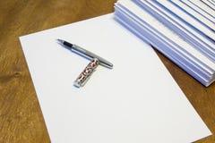 Para escribir una letra en el papel Una pila de letras en los sobres de papel foto de archivo