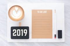 2019 para fazer a lista no marrom reciclam o papel com lápis, blackboa do grampo imagem de stock