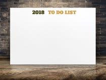 2018 para fazer o texto do ano novo da lista no cartaz do Livro Branco no plano de madeira Foto de Stock
