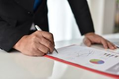 Para firmar, reciba y apruebe Mano del hombre de negocios que señala a la información del gráfico imagen de archivo libre de regalías