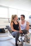 Para Flirtuje z Each Inny przy Gym zdjęcia royalty free