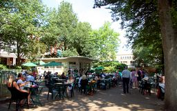 Para fora café da porta no parque do pavilhão em Brigghton Fotografia de Stock