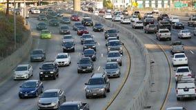Para fora do zumbido/em cima ideia do tráfego na autoestrada ocupada em Los Angeles do centro Califórnia filme