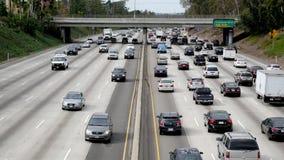Para fora do zumbido/em cima ideia do tráfego na autoestrada ocupada em Los Angeles do centro Califórnia vídeos de arquivo