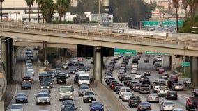 Para fora do zumbido/vista do tráfego na autoestrada ocupada em Los Angeles do centro Califórnia vídeos de arquivo